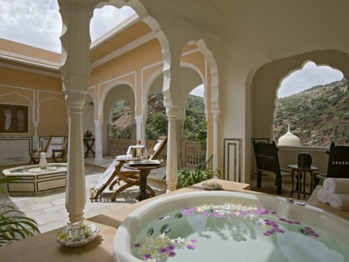 Jacuzzi-Courtyard-in-a-royal-suite-1024x724